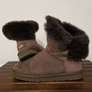 UGG Bailey Button Classic Brown size 9